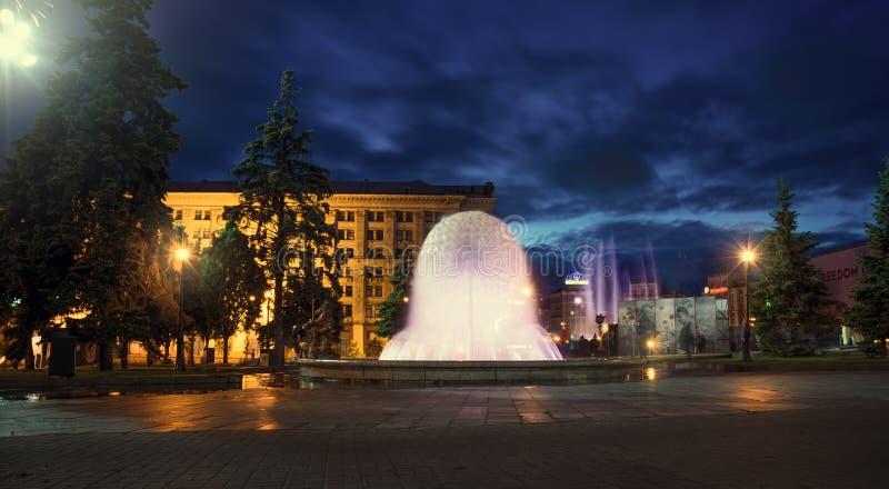 Maydan Nezalezhnost självständighetfyrkant Springbrunn på Khreshchatyk Nattetid Kiev fotografering för bildbyråer
