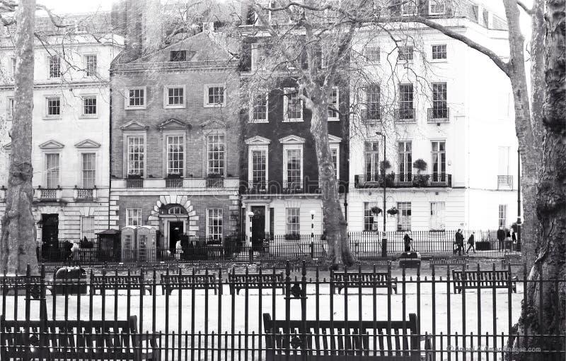 Mayfair London, UK Januari 28 2018 sikten över Berkeley Square till nattklubben för kändis för Annabel ` s den berömda arkivfoto