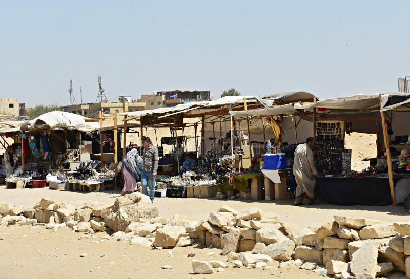 Mayo, 6, 2019 Las pir?mides de Giza, El Cairo, Egipto Mercado tradicional con las paradas del recuerdo fotos de archivo