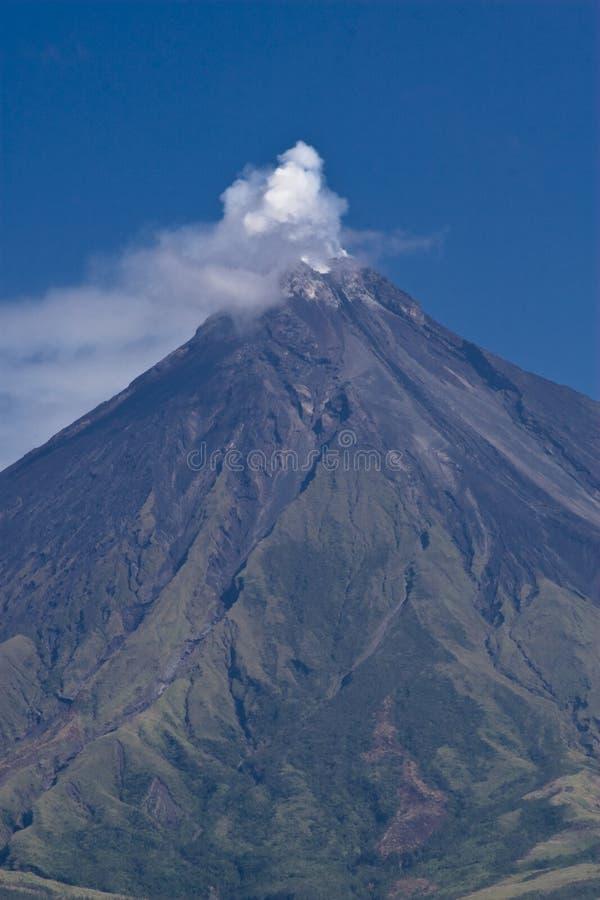 Mayon Vulkan-Höchstrauchen lizenzfreies stockfoto