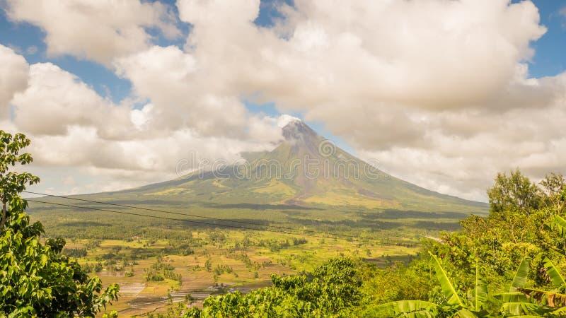 Mayon vulkan i Legazpi, Filippinerna Den Mayon vulkan är en aktiv vulkan och en resning 2462 meter från kusterna av arkivbilder