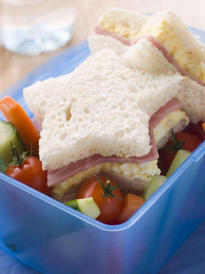 Mayonnaise d'oeufs et sandwich au jambon en forme d'étoile photos libres de droits