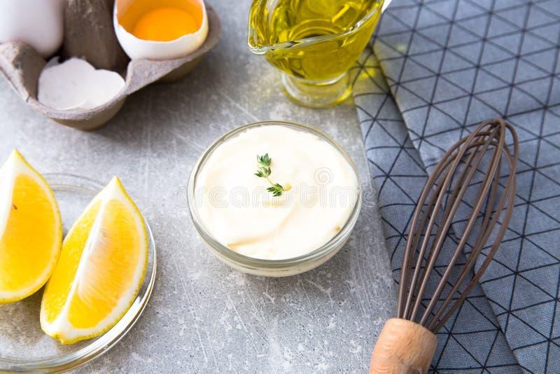Mayonnaise de sauce blanche et oeufs faits maison frais d'ingrédients, lemo photos stock