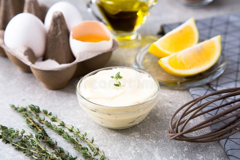 Mayonnaise de sauce blanche et oeufs faits maison frais d'ingrédients, lemo photographie stock