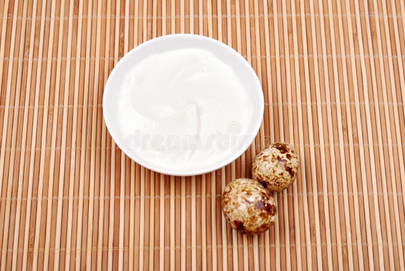 Mayonnaise en soucoupe et oeufs de caille photographie stock libre de droits