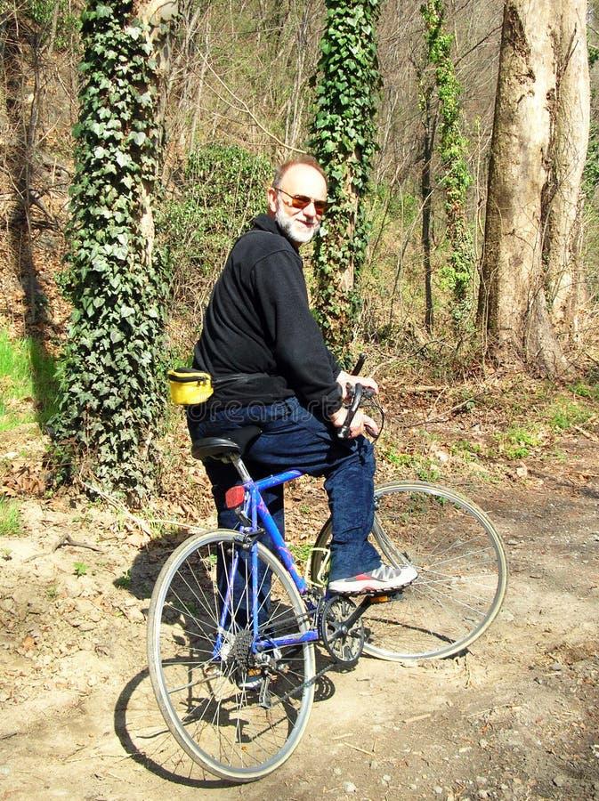 Mayor activo en la bici imagen de archivo libre de regalías
