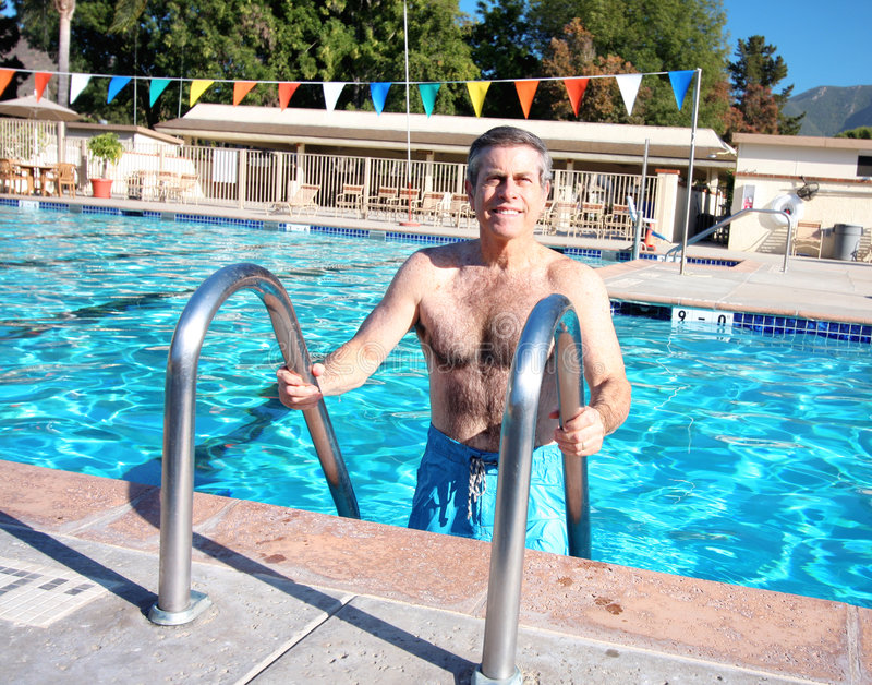 Mayor activo en piscina foto de archivo