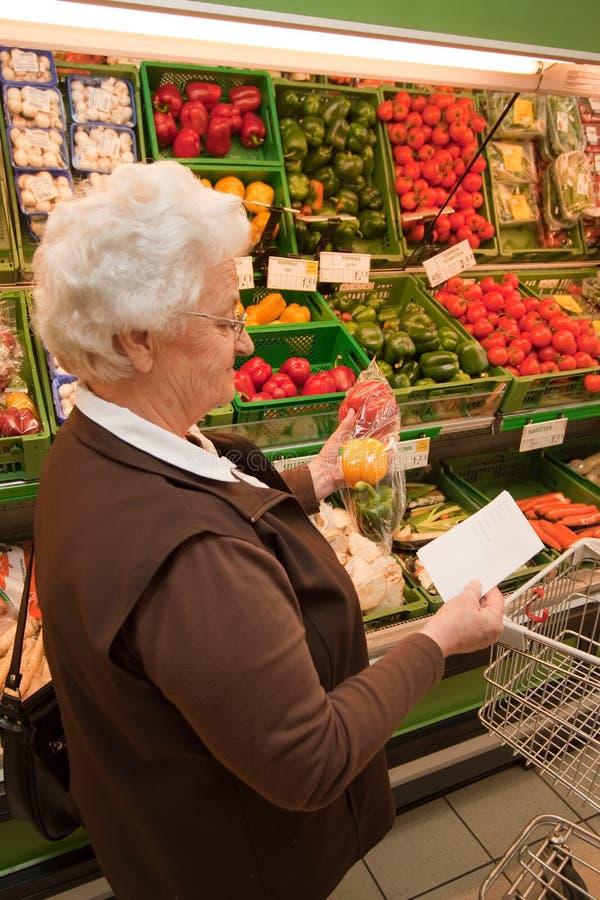 mayor al hacer compras para el alimento en el supermercado imágenes de archivo libres de regalías