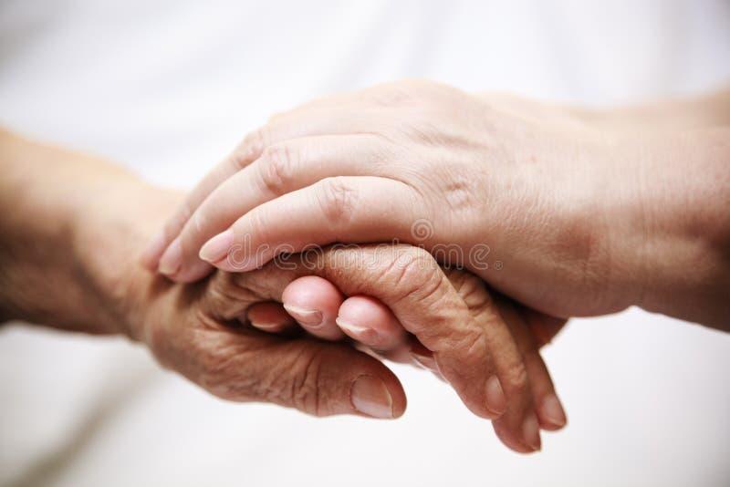 Mayor de ayuda del adulto en hospital imágenes de archivo libres de regalías