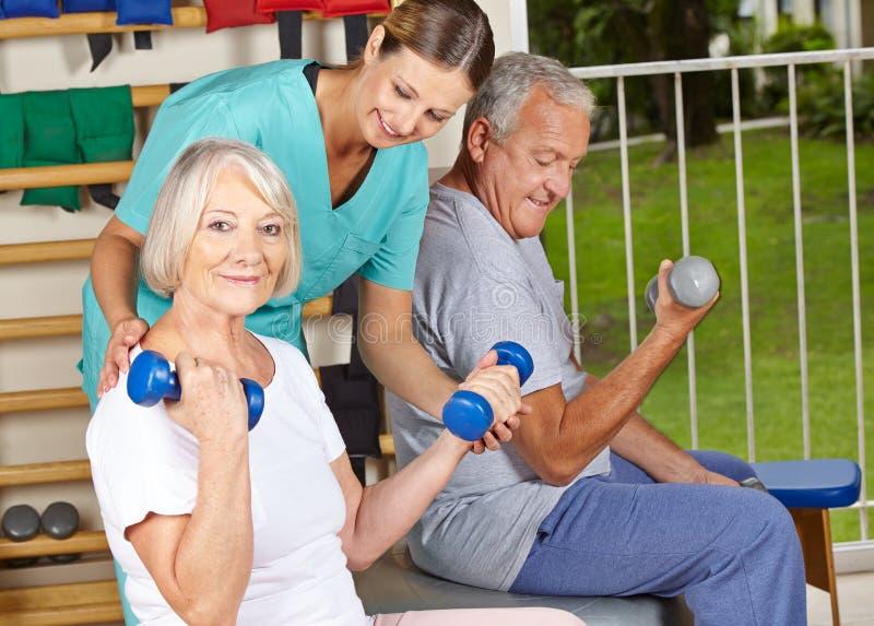 Mayor de ayuda del fisioterapeuta fotos de archivo libres de regalías