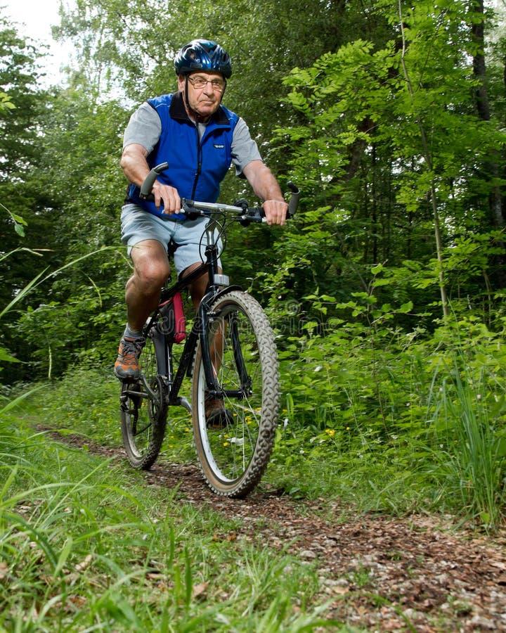 Mayor en un mountainbike fotografía de archivo