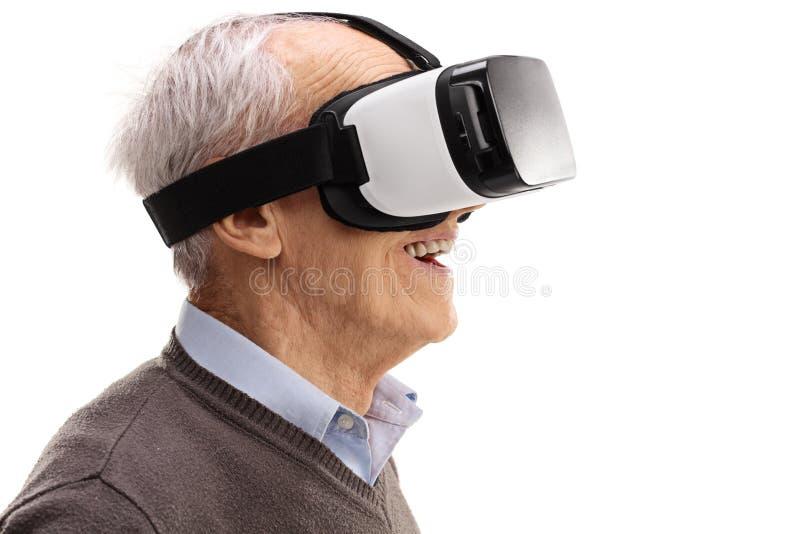 Mayor que usa auriculares de VR foto de archivo libre de regalías