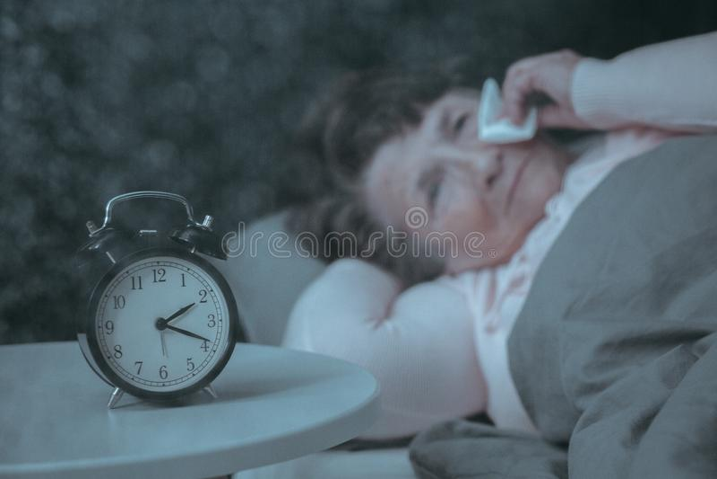 Mayor triste teniendo trastorno del sueño fotos de archivo