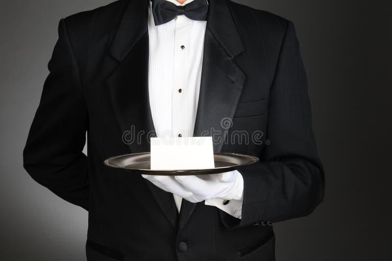 Mayordomo con la nota sobre la bandeja foto de archivo