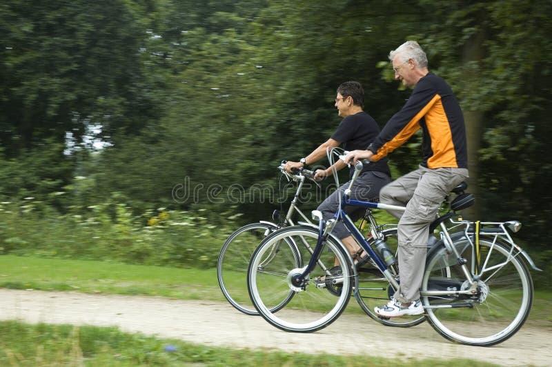 Mayores Biking imagen de archivo