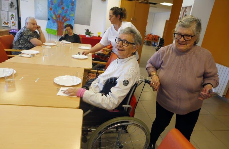 Mayores durante hora de comer en una clínica de reposo en la vertical de Mallorca imagen de archivo