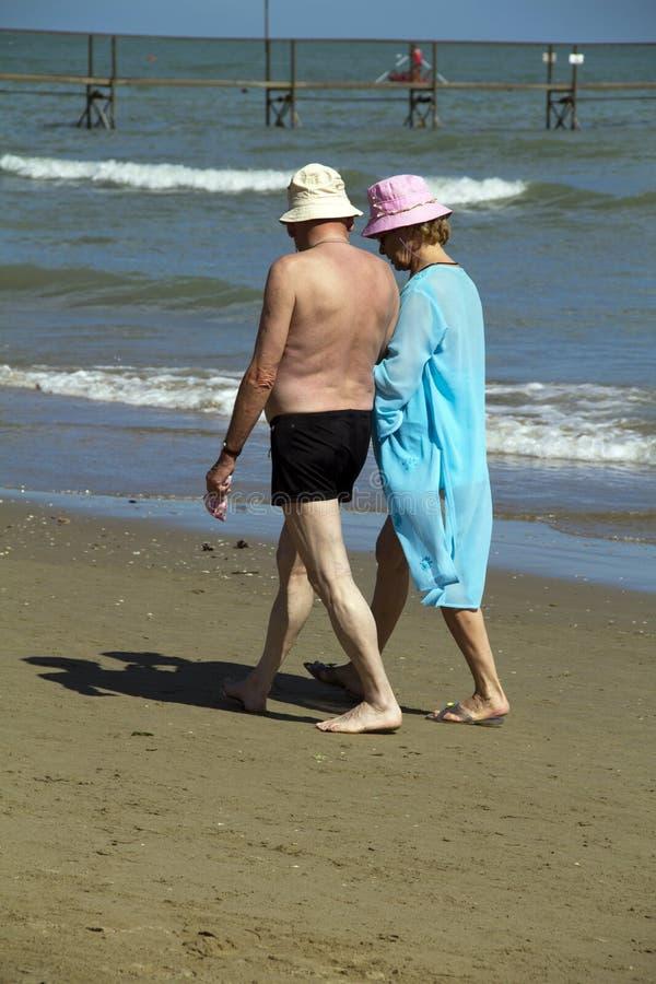 Mayores en la playa fotos de archivo libres de regalías