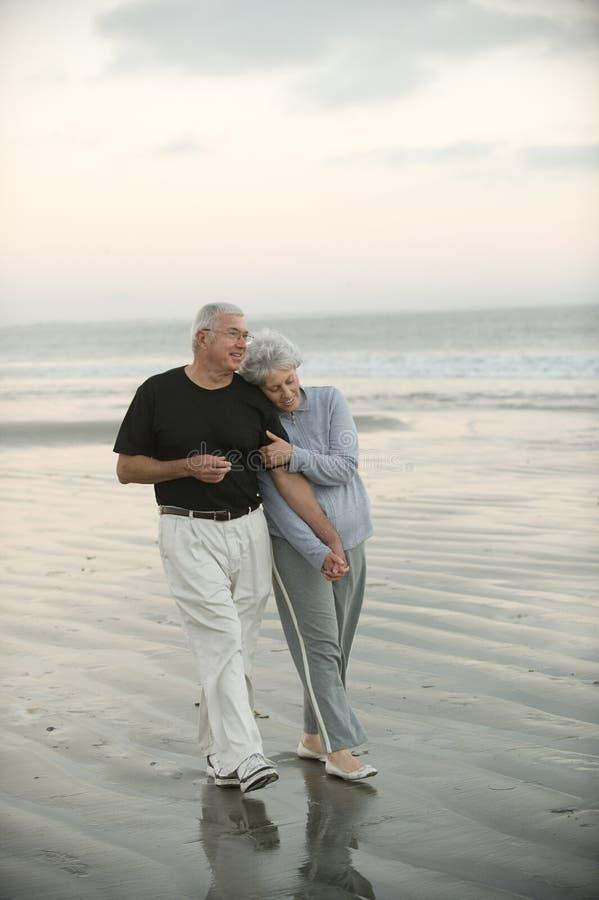 Mayores en la playa foto de archivo