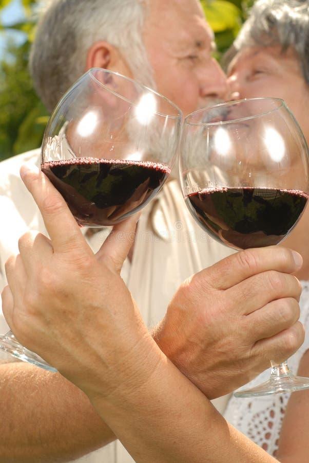 Mayores en una prueba de vino imagen de archivo