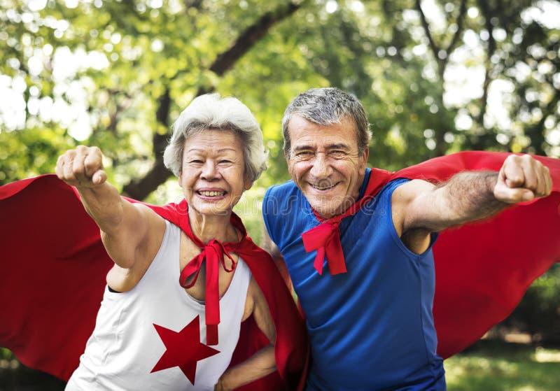 Mayores infantiles que llevan los trajes del super héroe fotos de archivo