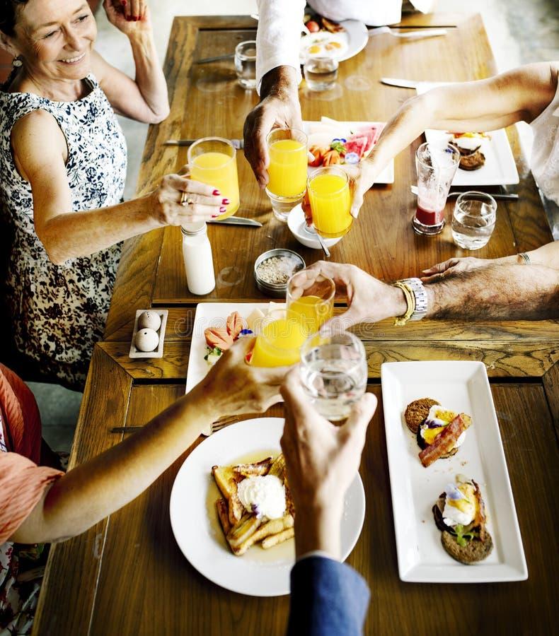 Mayores que comen el desayuno en el restaurante fotografía de archivo