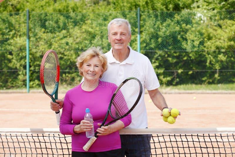 Mayores que juegan a tenis foto de archivo libre de regalías