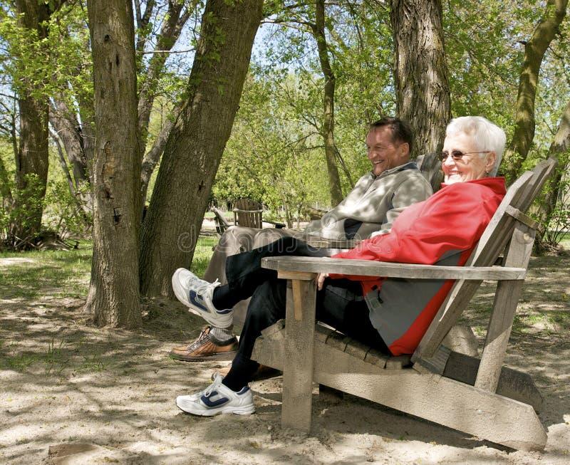 Mayores que se relajan en parque imagen de archivo libre de regalías
