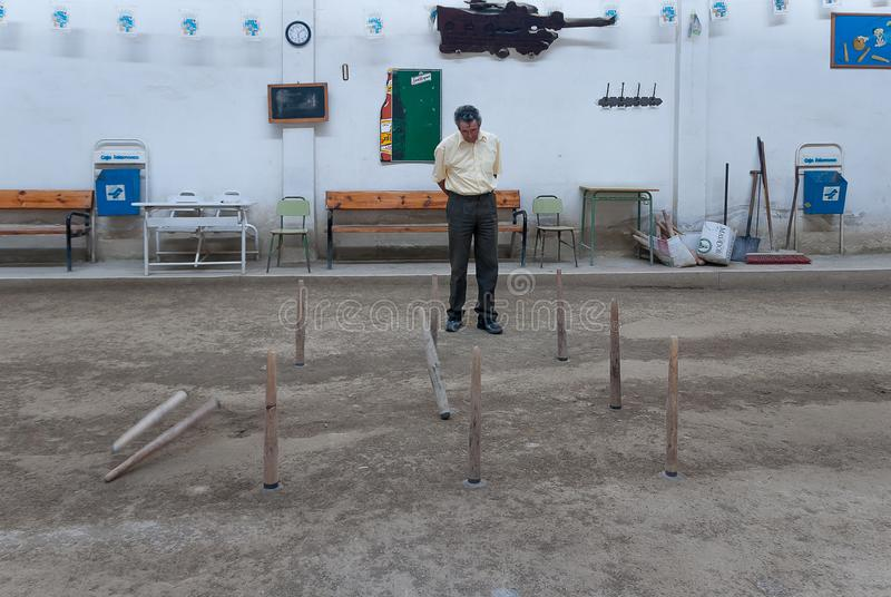 Mayorre dell'uomo che guarda il bowling nel gioco tradizionale della montagna Palencia, nel luglio 2011 fotografia stock