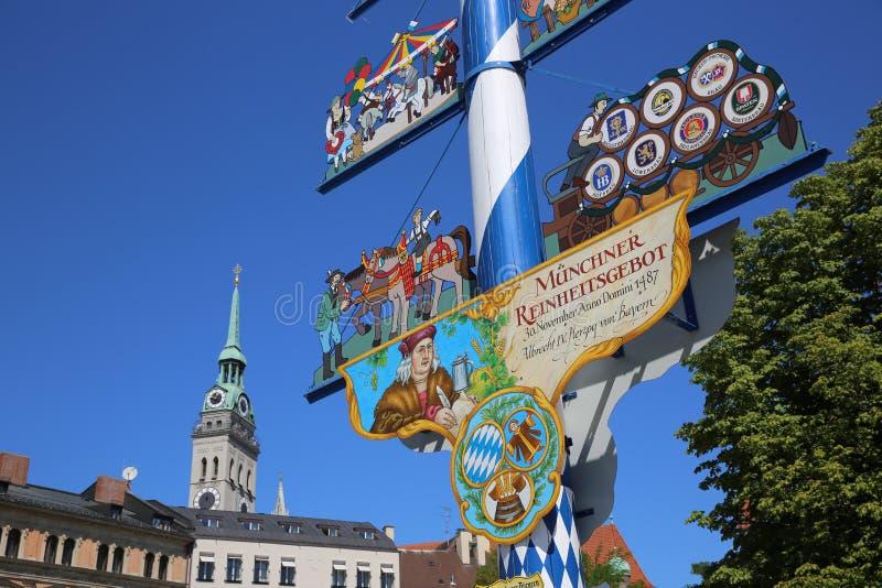 Maypole на рынке Victuals в Мюнхене стоковые изображения rf