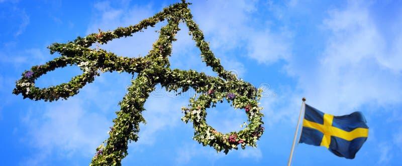 Maypole dekorujący z szwedzi flaga obrazy stock