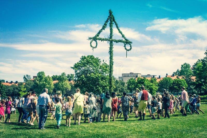 Maypole del pleno verano, celebración sueca soleada en un sigtuna del parque fotos de archivo