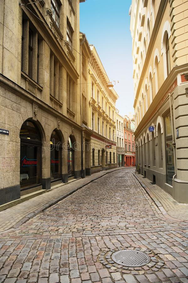 Maza Smilsu iela街道在里加,拉脱维亚 狭窄的中世纪被修补的街道在老镇在里加 免版税库存照片