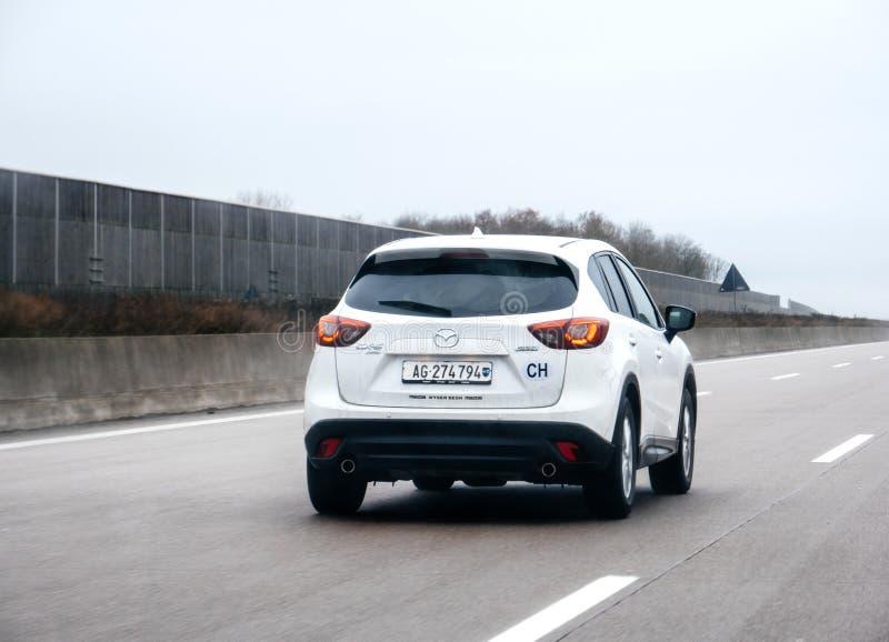 Mazda CX 5 SUV ? ROUES MOTRICES conduisant sur la route suisse image libre de droits