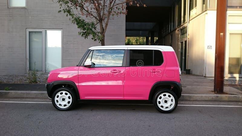 Mazda rose 3 ESPÈCES dirigent le chemin inclus pour cultiver facilement à l'extérieur le véhicule du fond images libres de droits