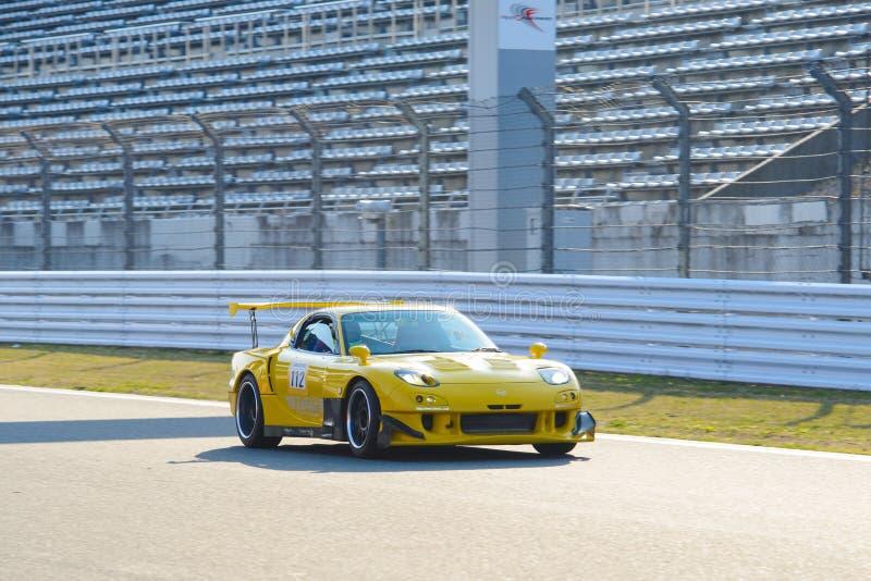Mazda RX-7 sulla pista di corsa del motorsport alla gara motociclistica su pista di Fuji sta stando nelle colline pedemontana del fotografie stock libere da diritti