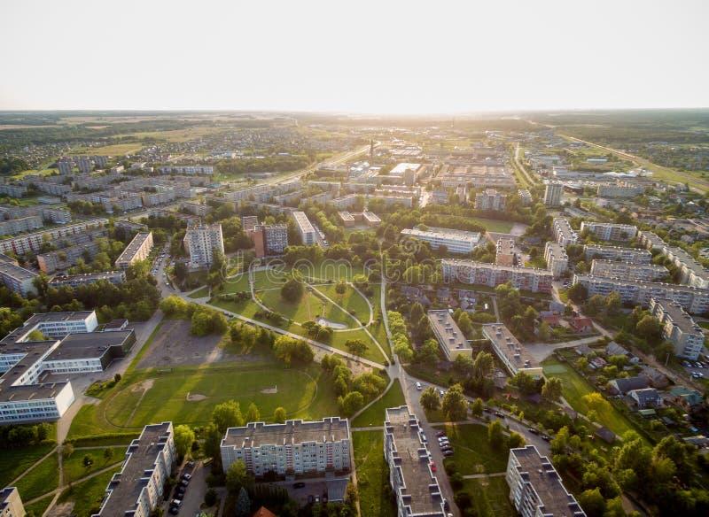 Mazeikiai Cityscape i Litauen Härligt solnedgångljus och byggnad i bakgrund royaltyfria bilder