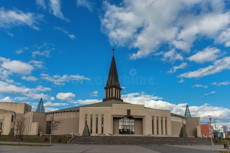 MAZEIKIAI LITAUEN - APRIL 23, 2015: Kyrka i Litauen, Mazeikiai Norr del av Litauen, nästan Lettland royaltyfri foto
