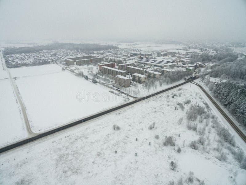 Mazeikiai stad i Litauen med snöig vintersikt och Cityscape royaltyfri fotografi
