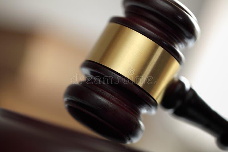 Mazo ante el tribunal de la ley fotografía de archivo