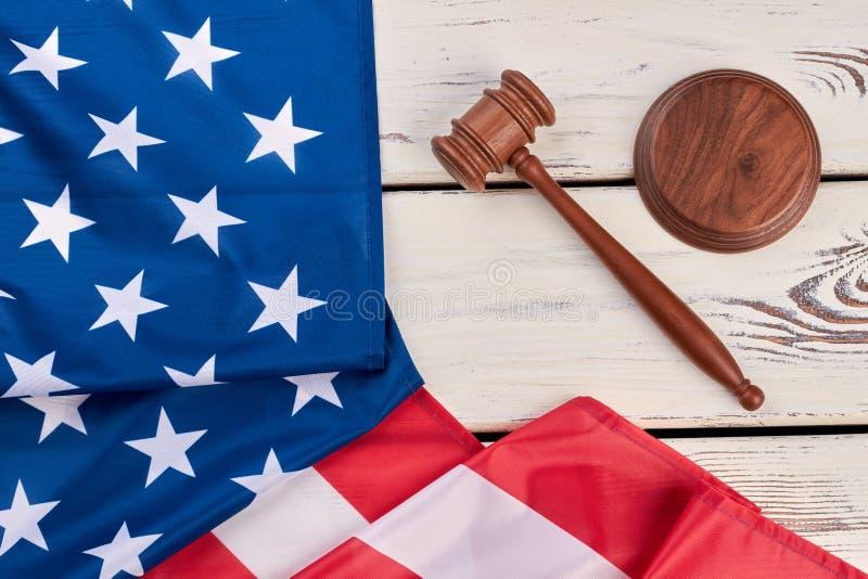 Mazo de la justicia y bandera de los E.E.U.U., visión superior imagen de archivo libre de regalías