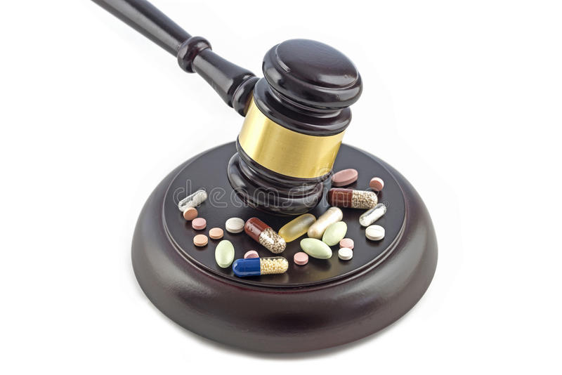 Mazo de la ley y diversas drogas, tabletas y píldoras aislados en un whi imagen de archivo