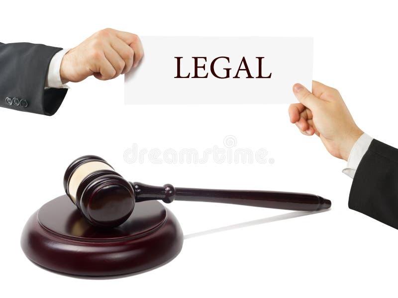 Mazo de madera de los jueces en la tabla en una sala de tribunal o una oficina de la aplicación de ley Abogado Hands que sostiene foto de archivo libre de regalías