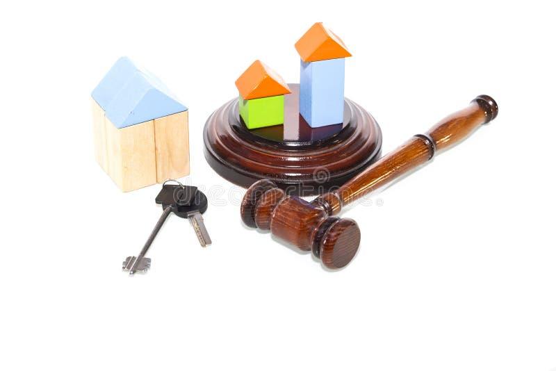 Mazo de madera de la casa y del juez en un fondo blanco Se aísla foto de archivo libre de regalías