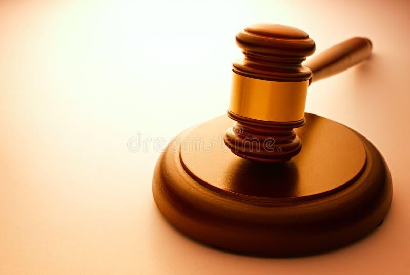 Mazo de madera usado por un juez o un subastador imágenes de archivo libres de regalías