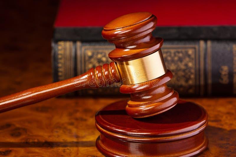 Mazo de un juez ante el tribunal imagen de archivo libre de regalías