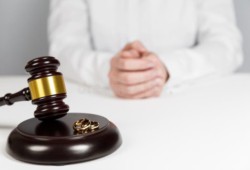 Mazo del juez del ½ de Ð que decide sobre divorcio del matrimonio imagen de archivo libre de regalías