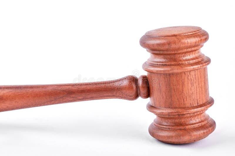 Mazo del juez aislado en el fondo blanco imagen de archivo libre de regalías