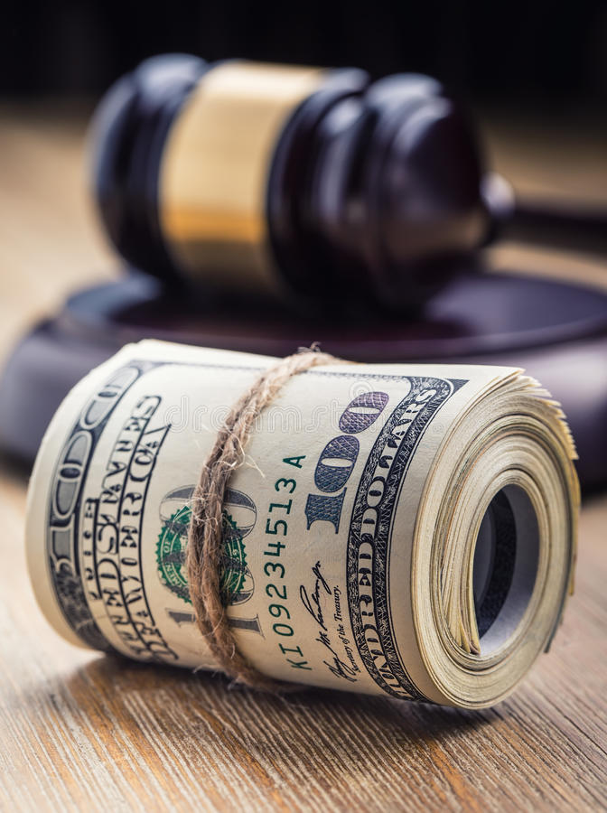 Mazo del martillo del ` s del juez Billetes de banco de los dólares de la justicia y bandera de los E.E.U.U. en el fondo Mazo de  fotografía de archivo libre de regalías
