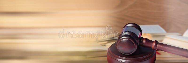Mazo delante de los libros de la información de la ley con la transición foto de archivo