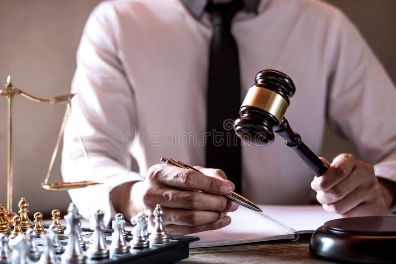 Mazo en la tabla de madera y abogado o juez que trabajan con el acuerdo en tema de la sala de tribunal, concepto de la justicia y imagen de archivo libre de regalías
